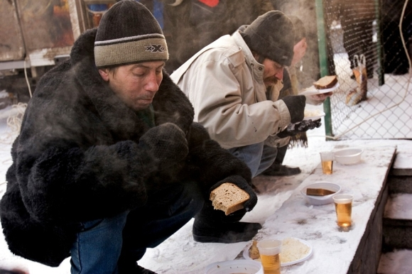 homeless-men-eating